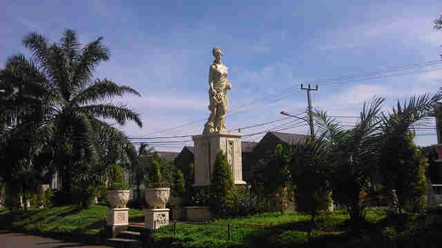 Patung wanita dan anak