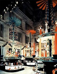 The main floor at Marshall Field's, Chicago. 1956 (Peer Into The Past) Tags: christmas marshallfields peerintothepast 1956 colorphotography autochrome vintage history illinois chicago