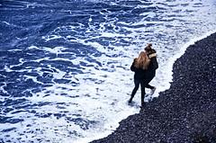 Fattore sorpresa (encantadissima) Tags: camogli liguria ragazze amiche onda piedibagnati mare schiuma spiaggia sassi inverno maredinverno