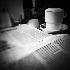 Kaffeezeit (FotoVerrückt) Tags: coffee einfarbig tisch schwarzweis