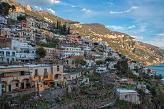 Positano (since 1960) Tags: ocean city italien trees houses sky italy plants sun mountains water clouds nikon rocks meer wasser amalficoast dorf village pflanzen himmel wolken berge shore stadt ufer sonne bäume felsen häuser d90 amalfiküste