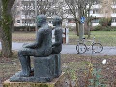 1994 Berlin Vater und Sohn von Emerita Pansowová Bronze Trusetaler Straße 7 in 12687 Marzahn (Bergfels) Tags: skulpturenführer bergfels 1994 1990er 20jh nach1989 berlin vater sohn akt männlich bursche knabe mann junge sitzfigur emeritapansowová emeritapansowova emeritapansowowá emeritapansowowa epansowowá epansowowa epansowova pansowova pansowowá pansowowa bronze trusetalerstrase 12687 marzahn beschriftet skulptur plastik quartieroberweisbacherstrase fahrrad