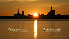 Sonnenuntergang Hansestadt Stalsund (585x anges.) (Carl-Ernst Stahnke) Tags: stralsund januar hansestadt strelasund kirchen abendsonne winter spiegelung altefähr hafen hafenspeicher rathaus