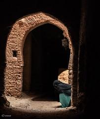 pianissimo (_esse_) Tags: marocco morocco donna woman sguardo look nascosto hidden arco arch angolo corner nessuno nobody silenzio silence