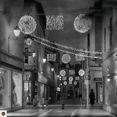 09md1216 (photo & life) Tags: montargis france europe photography photolife™ jfl square squareformat squarephotography leica leicam leicamtype240 m canonrangefinder50mmf15ltm 50mm street streetphotography blackandwhite noiretblanc humanistphotography noël ville city christmas
