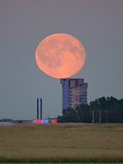 "Equilibrium on the ""Tower"", Fullmoon Linköping Sweden 20 Jul 2016 (DSC11246afl) (Johan Kleventoft) Tags: linköping sweden östergötland johankleventoft fullmoon moon moonrise shoppingcentre skyscraper thetower tornet countryside trees equilibrium"