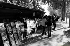 bouquinistes (Chris the Borg) Tags: paris france seine de la tourists posters libros notre dame bookshop quai livres bord affiches tournelle touristes passants touristas bouquins