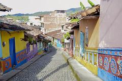 Calle de los Recuerdos (Tato Avila) Tags: colombia antioquia guatapé calle street piedras colores cálido cielos zócalos arquitectura