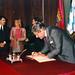Luis Alberto Lacalle, presidente de Uruguay, firmando en el libro de honor de laCasa de América. (1992)