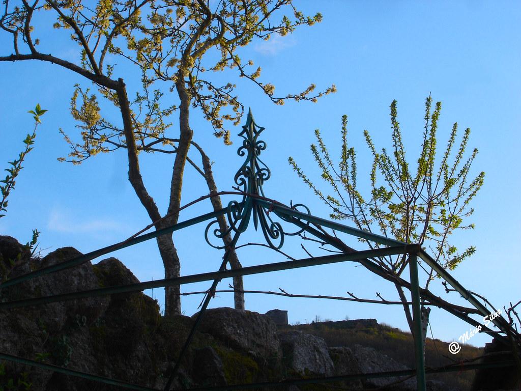 Águas Frias (Chaves) - ... entre árvores floridas consegue-se vislumbrar o Castelo de Monforte de Rio Livre ...