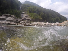 Valle Verzasca (CharlosChili) Tags: trees light summer nature water sunshine river tessin wasserfall stones natur waterdrops fluss wald reflexion bume gopro