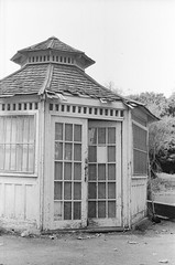 Edificio (Hagen123) Tags: park leica parque bw white black film 50mm blackwhite edificio m summicron m42 100 f2 rodinal m4 fomapan silverfast