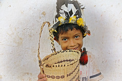 Tukumbo... (carf) Tags: poverty brazil art rio brasil children hope kid community village child basket natural crafts culture traditions forsakenpeople esperança social underprivileged philosophy identity whiteriver indians tribe spiritual cultural indigenous tekoa headdress aldeia indígena riobranco itanhaém cocar curumin indigenousterritory mbya gurani landwithoutevil yvymarãeỹ valedoriobranco amazôniapaulista guaranimbyáindians tokumba
