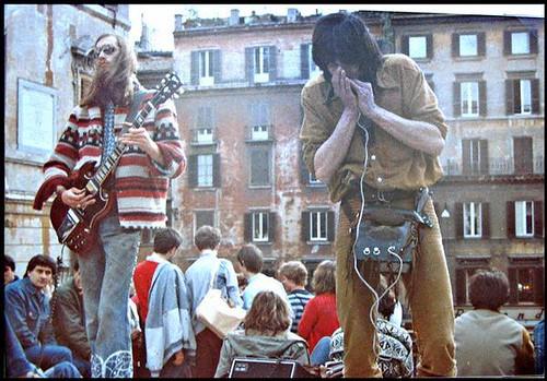 Roma gli anni 70  @lenolandini @daviddamore #artistidistrada #rock #folk #blues #pop #busker #musica #music #dalvivo #live #sottosuolo #underground #roma #rome #tibervalley  @ ] ;)::\☮/>> http://www.elettrisonanti.net/galleria-fotografica/