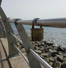 """الأجهزة الأمنية تزيل """"أقفال الحب"""" من على حواجز كورنيش جدة (ahmkbrcom) Tags: باريس كورنيشجدة محافظةجدة مقطعفيديو"""