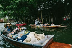 Exploring Bangkok's canals (przemyslawkrzyszczuk) Tags: bangkok tajlandia thailand przygoda fun adventure trip journey jungle dzungla life lifestyle 6d canon 24mm canal kanal kanał water rzeka river woda green zielony hat kapelusz łódź lodz boat trade handel