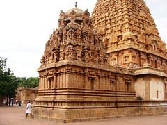 The Big Temple (7): Shrine dedicated to Ganesan/Ganapathy/Vigneswaran (v s raam (on/off)) Tags: india tower architecture unescoworldheritagesite belly vignesh gigantic thanjavur lingam tamilnadu murugan shikara sikhara chola tanjore muruga ganapathy elephanthead bigtemple ganapathi lordshiva vimanam shikhara lordsiva ganesan rajarajachola vimana ganeshan mahalingam periyakovil thanjai santum sikara brihadeeswarartemple tanjai rajarajacholai vigneshwaran rajarajeswaram greatlivingcholatemples peruvudaiyarkovil garbhagriha rajarajeshwaratemple tanchai thanchai