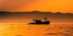 Le bateau silhouette. (Bouhsina Photography) Tags: silhouette bateau pêche orange jaune couleur brillant wow nature tétouan tetuan maroc morocco 2016 bouhsina bouhsinaphotography canon 7dii ef70200 été