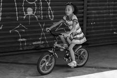 BrincadeiraDeCriana (Lucas Lima 91) Tags: brazil blackandwhite bw holiday girl bike brasil kids work kid little amor sopaulo sampa sp criana amateur pretoebranco feriado presente amador diadascrianas restday  brincadeiradecriana  blackwhitephotos  brasilemimagens