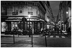 Ile Saint-Louis (madras91) Tags: nb bw monochrome blackandwhite noiretblanc night lights paris france ilesaintlouis iledefrance mood café street streetphotography leica summilux summilux50mmf14asph 50mm 50la