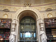 BNF Richelieu, salle Labrouste, Paris, France (Marylou1504) Tags: paris france europe bibliothèque sculpture statue hall livre etagère art