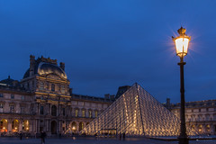 P52_2017 [02] (Iorraine roux) Tags: paris louvre pyramide cour napoléon mitterrand pei heure bleue bleu blue hour aurore crépuscule twilight musée museum dusk lampadaire pose longue long exposure france canon