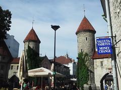 Tallinn, Estonia (Shaun Smith-Milne) Tags: capitale capital estonia estonie tourelle turret tower scandinavia scandinavie bureaudechange baltique baltic parapluie umbrella tour medieval médiéval