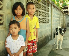 children and their dog (the foreign photographer - ฝรั่งถ่) Tags: dog white black portraits canon children thailand three kiss bangkok khlong bangkhen thanon 400d