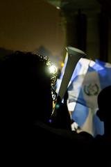 Vuvuzela ; protesta-celebración 01/09/2015 (sierra.oe87) Tags: noche lluvia gente guatemala union pueblo protesta septiembre bandera alegria sombras vuvuzela palaciodelacultura plazalaconstitución renunciaya justiciaya