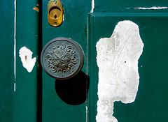 gosto das portas verdes de lisboa... (bruce grant) Tags: porta maçaneta buracodefechadura