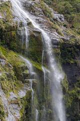 Cascada en el Milford Sound (Andrés Guerrero) Tags: fiordland fiordlandnationalpark fiordodemilford milford milfordsound naturaleza nature newzealand nuevazelanda oceanía parquenacionaldefiordland southland nz cascada cascade agua water