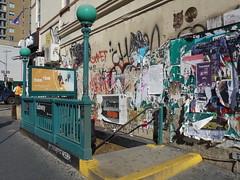 201610145 New York City subway station 'Bedford Avenue' (taigatrommelchen) Tags: 20161043 usa ny newyork newyorkcity nyc brooklyn icon urban city railway railroad mass transit subway station advertising street