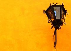 27-01-17 132 (Charlie Vamme) Tags: méxico puebla lampara lamppost naranja orange fotografia photography fotógrafos photographers cámara camera canon t5i tarde late viaje travel ciudad city