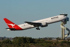 Qantas Boeing 767-336 VH-ZXB (Mark Harris photography) Tags: spotting aircraft plane boeing 767 sydney yssy