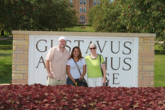 IMG_0272.jpg (Gustavus Adolphus College) Tags: old family sign student day main move oldmain movein firstyear moveinday 201204 20150904