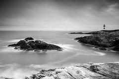 Una luz en el Cantbrico (B&W) (Pablo Mauriz Photography) Tags: faro puente mar galicia litoral lugo roca acantilado ribadeo infraestructura islapancha