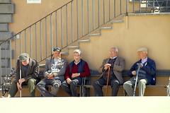 meritato riposo (Enzo Ghignoni) Tags: uomini pensionati riposo paese casa panchine