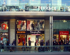 Shoppers at Liverpool One (Tony Worrall) Tags: country place visit area county attraction open stream tour northwest england northern uk update location north welovethenorth unitedkingdom liverpool merseyside mersey scouse shoppers shop opening candid lights liverpoolone glass lines blocks