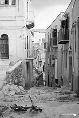 _MG_6699 (defolletz) Tags: italia italy sicilia terminiimprese termini cefalù città city blackandwhite bn bw mare sea spiaggia beach quartieriquartieristorici scorci