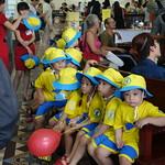 Schulkinder im Postamt von Saigon