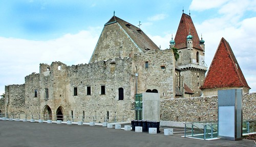 Perchtoldsdorf. Herzogburg. Westseite. 991