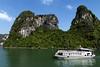 Recorrido por la bahía. (Egg2704) Tags: vietnam bahíadehalong bahíadehalongvietnam barco nave paisaje isla islas mar egg2704
