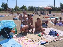 Plaja Apa (IMG_5087) (sebutzu) Tags: gaby 2006 apa umbrela ioana nisip seby rucsac rogojina prosop