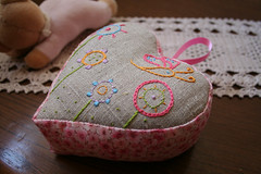 Linen heart pincushion (Ar do Campo) Tags: heart handmade linen embroidery pincushion