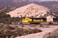 Santa Fe SD40-2 #5108 westbound at Mormon Rocks on 4/29/94 (LE_Irvin) Tags: santafe sd402 cajonca