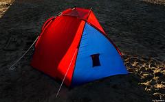 Morgensonne (otto.hitzegrad) Tags: rot strand still sand blau sonne zelt gegenlicht morgens morgensonne iglo
