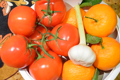 DSC_8040 Vine Ripe Tomatoes, Fresh Garlic and Satsuma Mandarin Citrus unshiu is a seedless and easy-peeling citrus species (photographer695) Tags: vine ripe tomatoes fresh garlic satsuma mandarin citrus unshiu is seedless easypeeling species