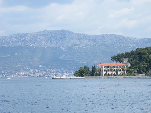 Látkép az Óceánográfiai Intézetre, háttérben a Kozjak-hegység