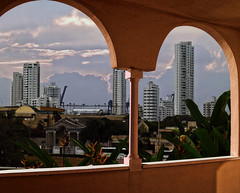 Balcón cartagenero (Orzaez212) Tags: contraste vacaciones morning olympus filtro caribe arquitectura colombia color américa suramérica flickrtravelaward edificios panorama vista paisaje ciudad urbano nublado partlycloudy weather
