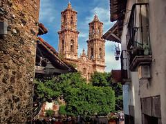 Taxco (Don César) Tags: taxco guerrero mexico iglesia clasico parroquiadesantapriscaysansebastían taxcodealarcón inglesia religion callejon alley